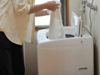 洗濯機で洗う男性